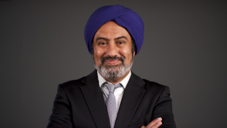 Pull-Enfoque-of-Middle-Aged-Negociosman-In-Turban-Smiling
