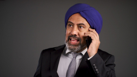 Angry-Middle-Aged-Negociosman-In-Turban-Shouting-On-Teléfono