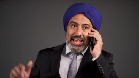 Annoyed-Middle-Aged-Negociosman-In-Turban-Shouting-On-Teléfono