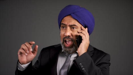 Frustrated-Middle-Aged-Negociosman-In-Turban-Shouting-On-Teléfono