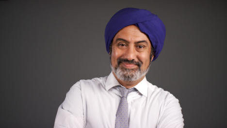 Pull-Enfoque-of-Smart-Middle-Aged-Man-In-Turban-Smiling