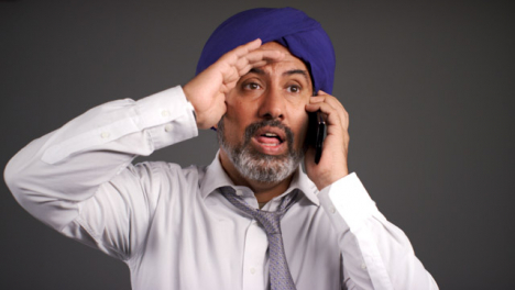 Smart-Angry-Middle-Aged-Man-In-Turban-Shouting-On-Teléfono