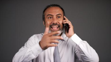 Hombre-De-Mediana-Edad-Frustrado-Inteligente-Gritando-En-El-Teléfono