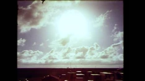 Archivclip-Der-Amerikanischen-Atombombendetonation-Während-Der-Operation-Dominic-02-Operation