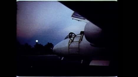 Clip-De-Archivo-De-Pilotos-Militares-Que-Abordan-La-Cabina-Del-Avión