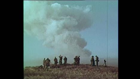 1956-Sowjetisches-Militärpersonal-Beobachtet-Atomexplosion