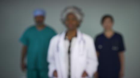 Tire-Del-Foco-De-Tres-Médicos-De-Mediana-Edad-Accesibles-Retrato-Sonriente