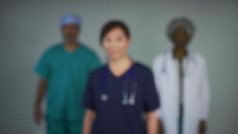 Tire-Del-Foco-De-Tres-Médicos-De-Mediana-Edad-Retrato-Sonriente