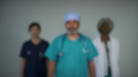 Tire-Del-Foco-De-Tres-Tipos-De-Médicos-De-Mediana-Edad-Retrato-Sonriente