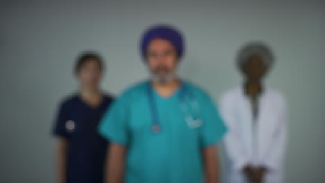 Tire-Del-Foco-De-Tres-Médicos-De-Mediana-Edad-Mirando-Retrato-Preocupado