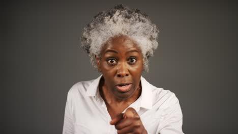 Frustrado-Mujer-De-Mediana-Edad-Gritos-Retrato