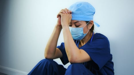 Müder-Mediziner-Mittleren-Alters-Der-Sich-Die-Augen-Reibt