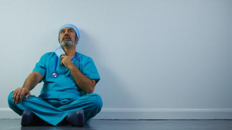Cirujano-De-Mediana-Edad-Agotado-Quitando-Mascarilla-Con-Espacio-De-Copia