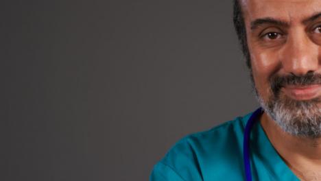 Cirujano-De-Mediana-Edad-Sonriendo-Con-Retrato-De-Espacio-De-Copia
