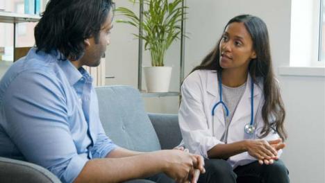 Médico-Accesible-Hablando-Con-El-Paciente