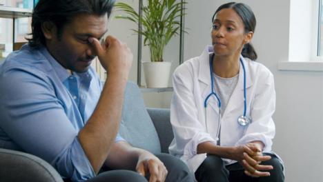 Joven-Médico-Da-Noticias-Difíciles-Al-Paciente