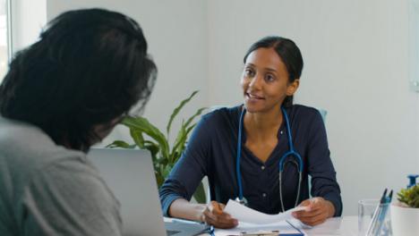 Doctora-Analiza-Los-Resultados-Con-El-Paciente