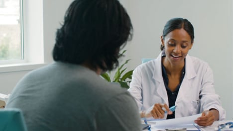 Feliz-Doctora-Hablando-Con-El-Paciente