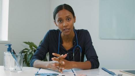 Joven-Doctora-Habla-Con-La-Webcam