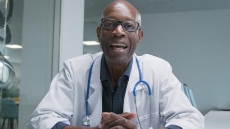 Arzt-Mittleren-Alters-Der-Videoanrufe-Leitet