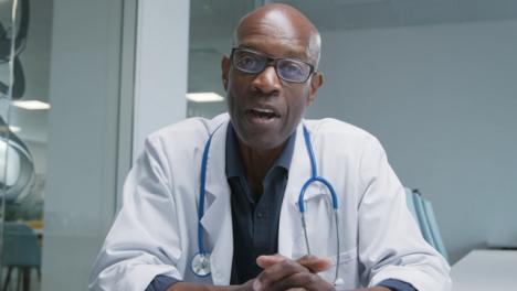 Médico-De-Mediana-Edad-Liderando-Video-Llamada-Informativa