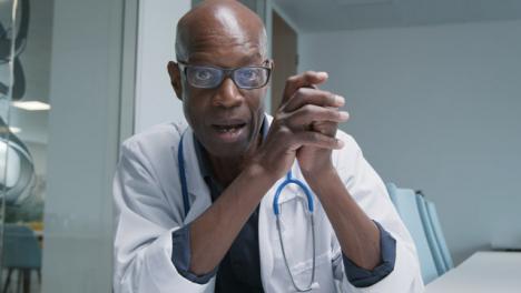 Arzt-Mittleren-Alters-Der-Die-Besprechung-Während-Des-Videoanrufs-Führt