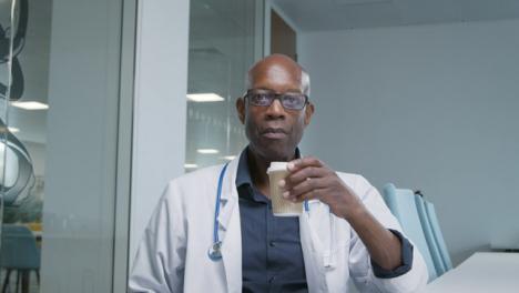 Arzt-Mittleren-Alters-Der-Während-Des-Videoanrufs-Zuhört