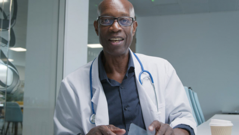 Doctor-De-Mediana-Edad-Hablando-Con-La-Webcam-Durante-La-Videollamada