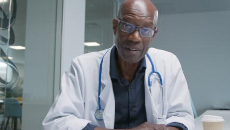 Médico-De-Mediana-Edad-Hablando-Con-La-Webcam-Durante-Una-Videollamada