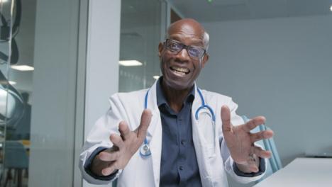 Arzt-Mittleren-Alters-Erhält-Während-Des-Videoanrufs-Gute-Nachrichten