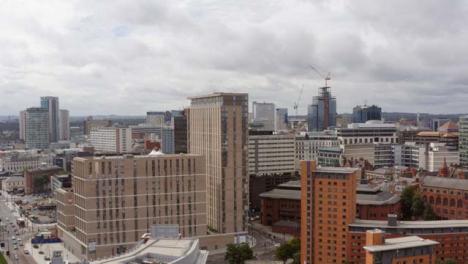 Drohnenschuss-Steigt-über-Gebäuden-Im-Stadtzentrum-Von-Birmingham-01