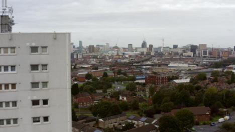 Drone-Shot-Volando-Más-Allá-Del-Bloque-De-Apartamentos-En-Birmingham-Inglaterra