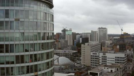 Drone-Shot-Volando-Pasado-Edificio-Rotonda-En-Birmingham