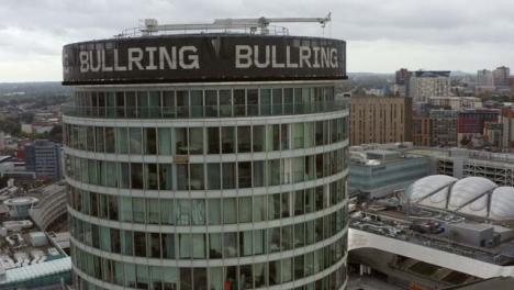 Drone-Shot-Volando-Más-Allá-Del-Edificio-De-La-Rotonda-En-Birmingham