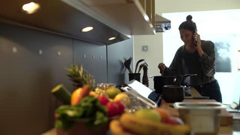 Tire-Del-Foco-De-La-Joven-Cocinando