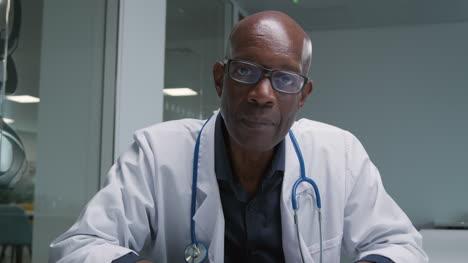 Erfreuter-Arzt-Mittleren-Alters-Erhält-Gute-Nachrichten-Per-Videoanruf