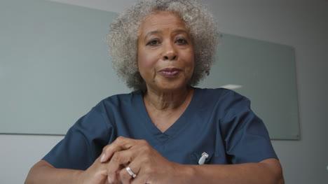 Ärztin-Mittleren-Alters-Die-Das-Briefing-Während-Des-Videoanrufs-Leitet