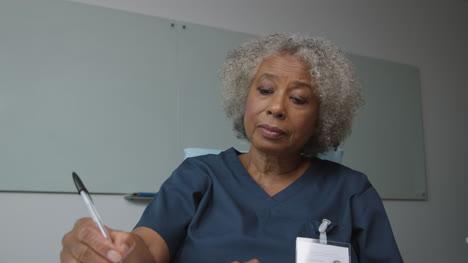 Ärztin-Mittleren-Alters-Die-Während-Eines-Videoanrufs-Zuhört