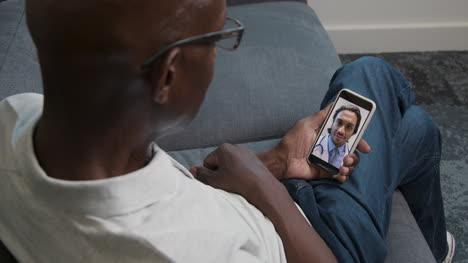Hombre-De-Mediana-Edad-Con-Consulta-Telefónica-Con-Video-Con-El-Médico