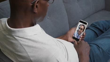 Hombre-De-Mediana-Edad-Escuchando-Al-Médico-Durante-Una-Videollamada