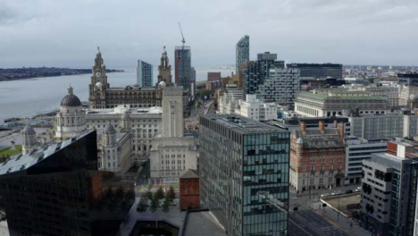 Drohnenschuss-Nähert-Sich-Gebäuden-Im-Stadtzentrum-Von-Liverpool-03