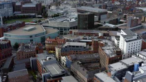 Drohnenschuss-Schwenkt-über-Gebäude-Im-Stadtzentrum-Von-Liverpool