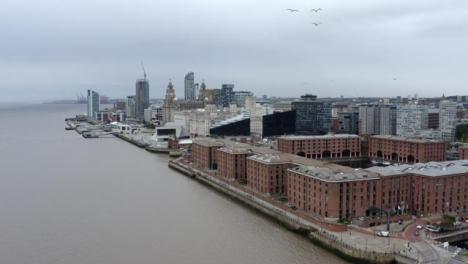 Drone-Shot-Alejándose-De-Los-Edificios-En-El-Centro-De-La-Ciudad-De-Liverpool-06
