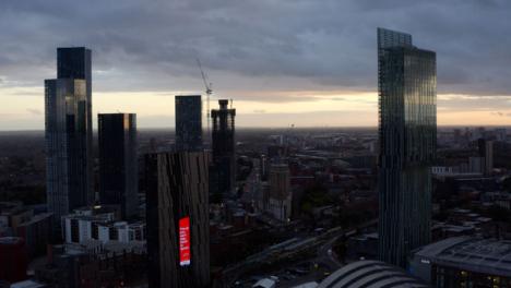 Drone-Shot-Orbitando-Los-Rascacielos-De-Manchester-16