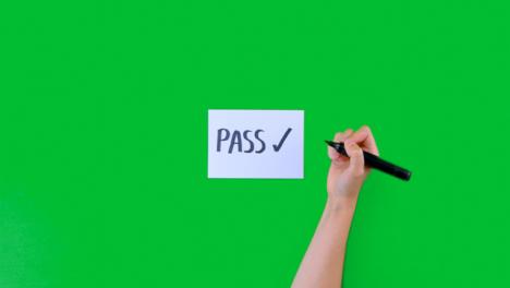 Frau-Schreibt-Pass-Mit-Einem-Häkchen-Auf-Papier-Mit-Grünem-Bildschirm