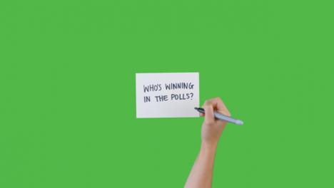 Mujer-Escribiendo-Que-Está-Ganando-En-Las-Encuestas-Con-Pantalla-Verde