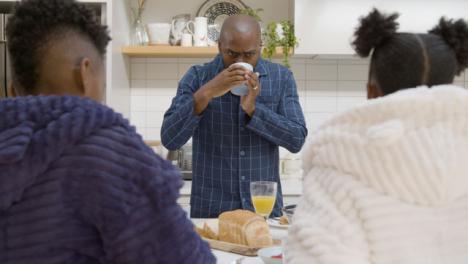 Padre-Bebe-Café-Mientras-Prepara-El-Desayuno-Para-Sus-Hijos