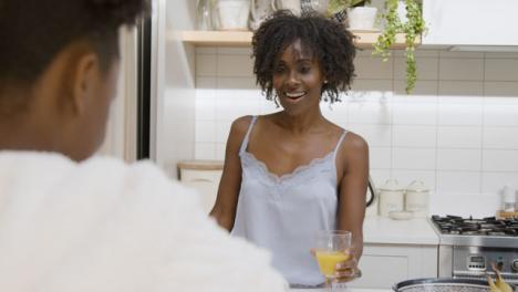 Los-Padres-Ven-A-Su-Hija-Adolescente-Preparar-Su-Desayuno