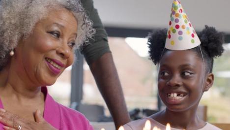 Familia-Cantando-Feliz-Cumpleaños-Para-Su-Pariente-Mayor
