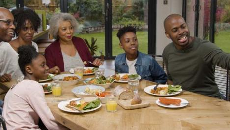 Familie-Macht-Selfie-Zusammen-Beim-Familienessen-Self